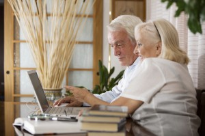 Ehepaar-Surft-im-Internet